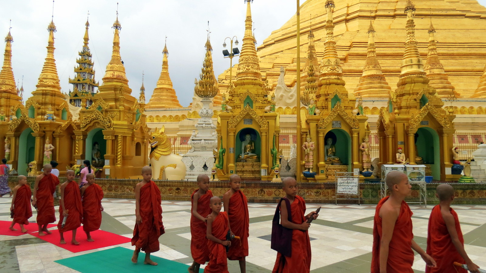 shwedagon pagoda monk walk