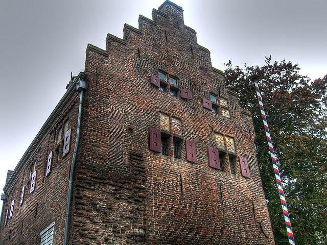 Muurhuizen Wall House