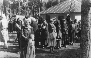 An der Sowjetfront: (Rum‰nien) So sieht es in einem der j¸dischen Konzentrationslager Bessarabiens aus. PK-Aufnahme: Kriegsberichter: Baas Sept. 41 8686-41 https://commons.wikimedia.org/wiki/Category:Nazi_concentration_camps#/media/File:Bundesarchiv_Bild_183-B12274,_Rum%C3%A4nien,_Juden_im_KZ.jpg